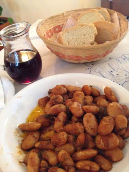 Gigante beans in tomato sauce and local wine